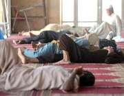 راولپنڈی: نماز ظہر کے بعد روزہ دار مسجد میں آرام کر رہے ہیں۔