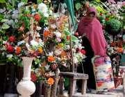 راولپنڈی: مری روڈ پر واقع پھولوں کی دکان سے ایک خاتون آرٹیفیشل پھول ..