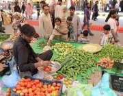 لاہور:خواتین شادمان سستے رمضان بازار سے سبزیاں خرید رہی ہیں۔