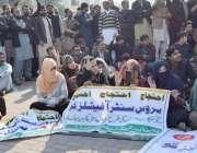 لاہور: پنجاب لینڈ ریکارڈز اتھارٹی کے ملازمین اپنے مطالبات کے حق میں ..