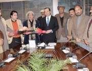 اسلام آباد: سی ڈی اے مزدور یونین کے قائد چوہدری یاسین وفد کے ہمراہ چیئرمین ..