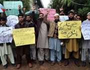 پشاور: پی ایس ٹی امیدوار ڈسٹرکٹ ایجوکیشن آفس میں اپنے مطالبات کے حق ..