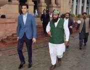 لاہور: وزیر اعلیٰ پنجاب کے مشیر عون چوہدری پنجاب اسمبلی سے واپس جارہے ..