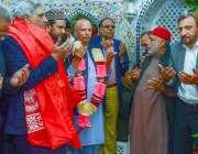لاہور: گورنر پنجاب چوہدری محمد سرور پیر عنایت شاہ قادری کے مزار پر چادر ..