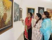 لاہور: الحمراء ہال میں خواتین پینٹنگز کی نمائش دیکھ رہی ہیں۔