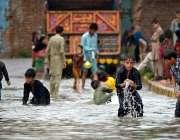 راولپنڈی: شہر میں ہونے والی موسلا دھار بارش کے بعد جمع شدہ پانی میں ..