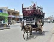 پشاور: ایک مزدور گدھا ریڑھی پر اوور لوڈنگ کیے جا رہا ہے جو کسی حادثے ..