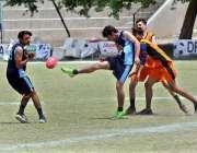 ملتان: نشاط ہائی سکول اور خانپور مرال ہائی سکول کی ٹیموں کے درمیان کھیلے ..