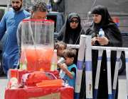 راولپنڈی: گرمی کی شدت کم کرنے کے لیے شہری مشروب خرید رہے ہیں۔
