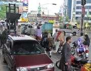 راولپنڈی: شہری ایک پل کے نیچے کھڑے بارش رکنے کا انتظار کر رہے ہیں۔