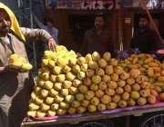 راولپنڈی: ریڑھی بان گاہکوں کو متوجہ کرنے کے لیے آم سجا رہا ہے۔