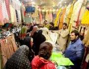 حیدر آباد: عید کی تیاریوں میں مصروف خواتین کپڑے خرید رہی ہیں۔