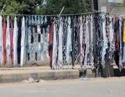 راولپنڈی: سڑک کنارے ایک دکاندار دھوپ سے بچاؤ کے رومال فروحت کررہا ہے۔
