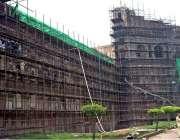 لاہور: مزدور شاہی قلعہ کی تعمیر نوع میں مصروف ہیں۔