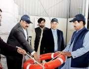 لاہور: صوبائی وزیر ڈیزاسٹر مینجمنٹ میاں خالد محمود پی ڈی ایم اے کے ویئر ..