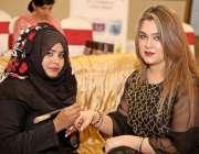 راولپنڈی: مہندی کے مقابلوں میں پوزیشن ہولڈر امبر دیگر خواتین کو مہندی ..