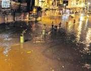 راولپنڈی: رات کے وقت ہونے والی بارش کے بعد راجہ بازار میں بارش کا پانی ..