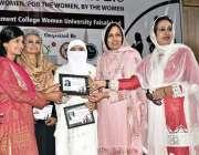 فیصل آباد: گورنر پنجاب چودھری محمد سرور کی اہلیہ بیگم پروین سرور جی ..