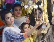حیدر آباد: عید کی تیاریوں میں مصروف خواتین جیولری خرید رہی ہیں۔