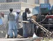 اسلام آباد: مزدور تعمیراتی کام کے لیے کنٹریٹ تیار کر رہے ہیں۔