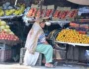 فیصل آباد: خاتون دکاندار فروٹ سجائے گاہکوں کی منتظر ہے۔