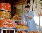 کوئٹہ: دکاندار جلیبیاں فروخت کر رہاہے۔