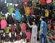 راولپنڈی: صدر بازار سے شہری بچوں کے لیے سکول بیگ خرد رہا ہے۔