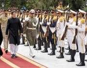 تہران: وزیر اعظم عمران خان کو گارڈ آف آنر پیش کیا جا رہا ہے۔