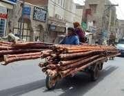ملتان: مزدور چنگچی موٹر سائیکل پر اوور لوڈنگ کیے جا رہا ہے جو کسی حادثے ..