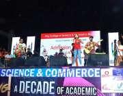 ملتان: پرائیویٹ کالج کے زیر اہتمام منعقدہ میوزیکل نائٹ میں فنکار اپنے ..