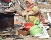 لاہور : گلبرگ کے علاقہ میں محنت کش خاتون اپنے بچوں کا پیٹ پالنے کیلئے ..