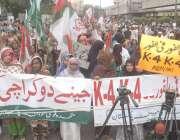 کراچی: پریس کلب کے سامنے ایم کیو ایم(پاکستان) کے ارکان کراچی میں پانی ..