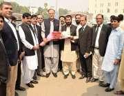 لاہور: پاکستان مسلم لیگ (ن) کے سیکرٹری جنرل احسن اقبال کی وکلاء کنونشن ..