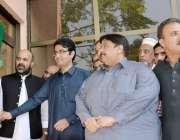 پشاور: وزیر خزانہ خیبر پختونخو اسلیم جھگڑا اور معاون خصوصی کامران بنگش ..
