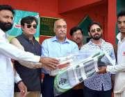 فیصل آباد: کمشنر محمود جاوید بھٹی اور ایم پی اے نظر انڈر17کرکٹ سمر ٹریننگ ..