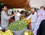 اسلام آباد: شہری رمضان سستا بازار سے تازہ پھل اور سبزیاں خرید رہے ہیں۔