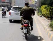 راولپنڈی: قانون صرف عوام کے لیے جبکہ پولیس اہلکار بغیر ہیلمٹ پہنے اور ..