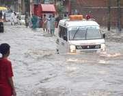 لاہور: صوبائی دارالحکومت میں ہونے والی موسلا دھار بارش کیو جہ سے گڑھی ..