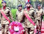 راولپنڈی: آئی جی پنجاب پولیس لائن راولپنڈی میں شہداء کی یادگار پر پھول ..