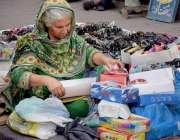 لاہور: ایک بزرگ خاتون عینکیں فروخت کر رہی ہے۔