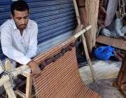 لاہور: ایک کاریگر چخیں تیار کر رہاہے۔