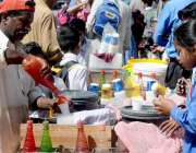راولپنڈی: سکول سے چھٹی کے بعد بچے برف کے گولے خرید رہے ہیں۔