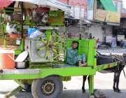 فیصل آباد: محنت کش بچہ گدھا ریڑھی پر سو رہا ہے۔
