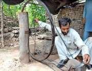 اسلام آباد: لوہار روایتی انداز سے چھریاں بنانے میں مصروف ہے۔