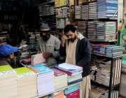 راولپنڈی: اردو بازار میں والدین بچوں کے نئے تعلیمی سال کی کتابیں خرید ..