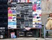 راولپنڈی: محنت کش روڈ کنارے الیکٹرانک اشیاء سجائے گاہکوں کا انتظار ..
