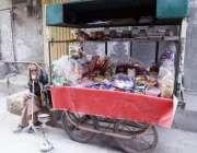 لاہور: معمر ریڑھی بان گھریلو استعمال کی اشیاء سجائے گاہکوں کا منتظر ..