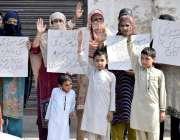 لاہور: شبلی ٹاؤن ساندہ کے رہائشی محکمہ سوئی گیس کیخلاف احتجاج کررہے ..