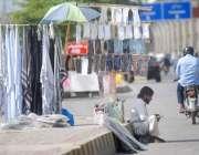 راولپنڈی: محنت کش سڑک کنارے رومال ، ماسک اور دستانے وغیرہ سجائے گاہکوں ..