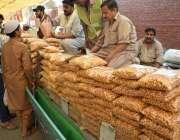 لاہور: شہری رمضان بازار سے پکوڑیاں خرید رہے ہیں۔